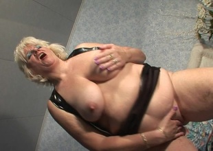 This hot mature mama gets dripping wet from her bauble