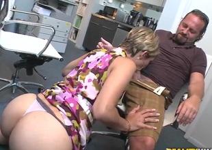 Hot secretary is sucking a appealing gumshoe