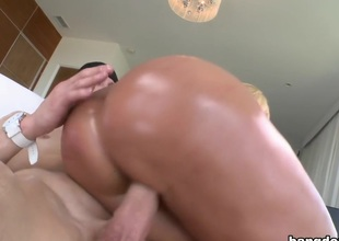 Hot white MILF on every side a huge ass gets fucked