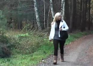 Deutsche Pornodarstellerin Wird beim Spazieren von Einem Addict M...